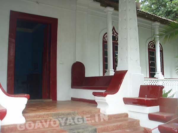 Porche d'une maison indo-portugaise, sud goa, inde
