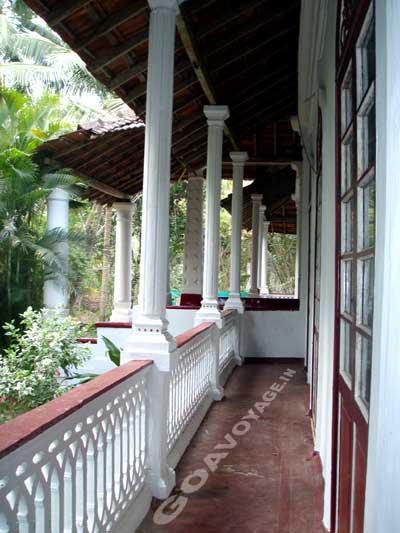 vue sur la galerie du salon, maison indo-portugaise, sud goa inde