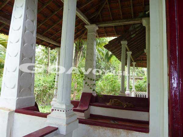 face est de la maison indo-portugaise avec le porche et les vérandas, sud goa inde,