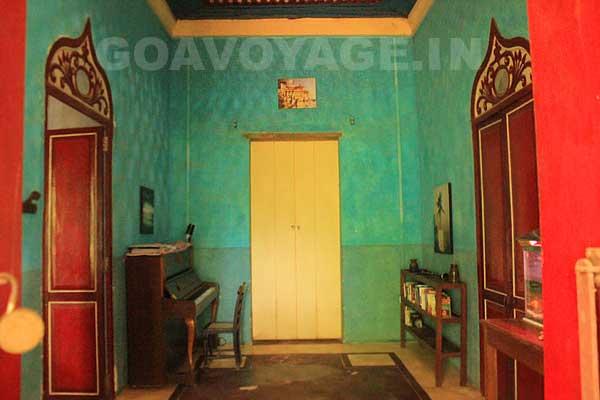 entrée de la Villa Clemente, avec le piano, dans le sud de Goa, en Inde.